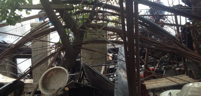 Un colecționar de gunoaie și-a dat foc la casă. Vecinii, revoltați de neimplicarea autorităților
