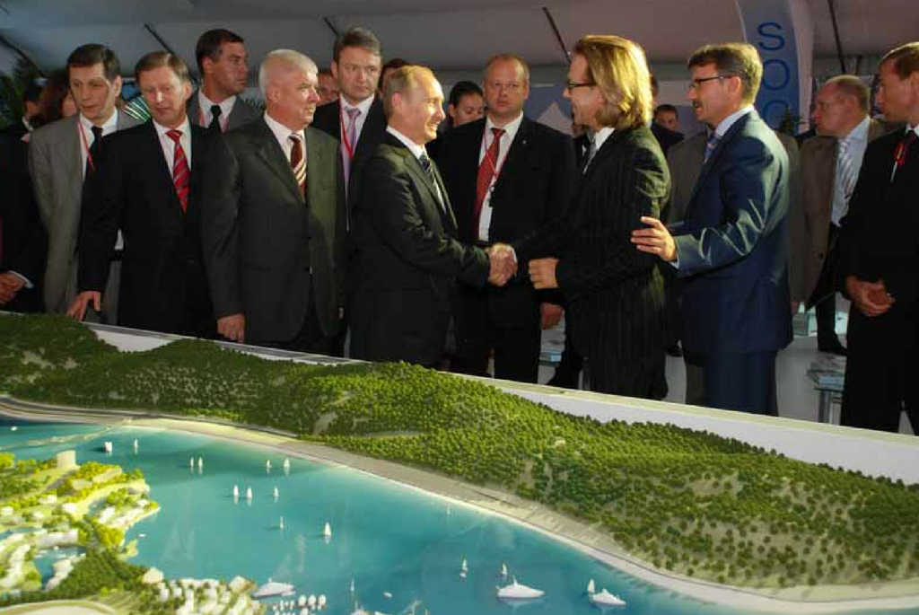 Arhitectul olandez Erick van Egeraat  alaturi de Vladimir Putin si delegatia Van Oord
