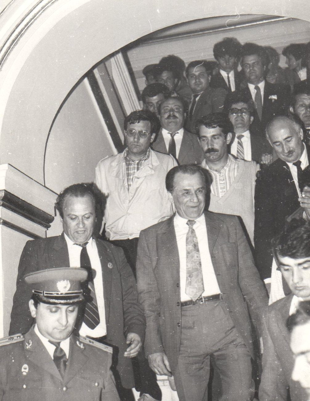 1990 - Doru Ioan Tărăcilă alături de Ion Iliescu și procurorul militar Dan Voinea (în uniformă)