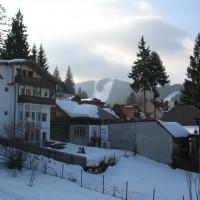 vila cioplea  pentru iubitorii de ski vis -a -vis resturant Mama Maria,aproape de pirtia de ski apro